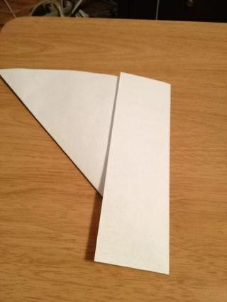 Doble la sección de abajo hacia arriba, arrugar y arrancarla para formar un pedazo cuadrado de papel.