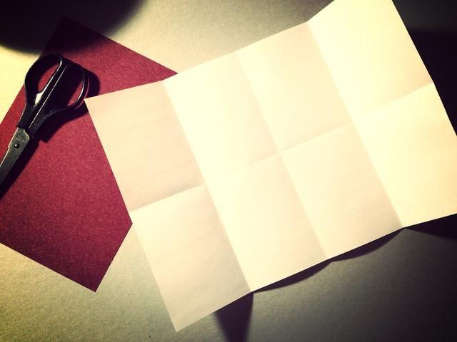 Abre la hoja y doblar izquierda en el centro ... Abrir y doblar otro lado en el centro para hacer 8 rectángulos