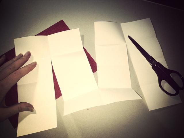 Con una tijera o cuchillo artesanal cortan primera columna 3 rectángulos entonces la columna siguiente cortado 3 rectángulos continuación última columna corta 3 rectángulos. Debería haber hecho una M o W forma