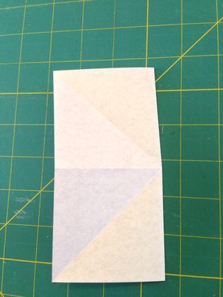 Ahora dobla el papel por la mitad horizontalmente y verticalmente. Observe que el lado blanco es visible. Ahora desplegar el papel.