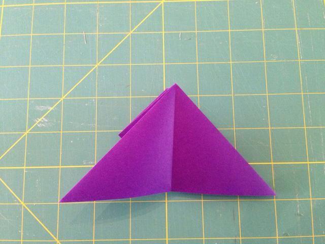 Tire de la punta de la pirámide hacia abajo de manera que se extiende un poco más allá del borde inferior.