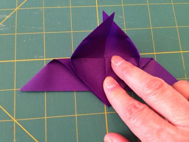 Ver cómo el papel en las esquinas ha cambiado? Presione estas áreas plana. Se separará las alas por lo que se parecerá más a una mariposa real.