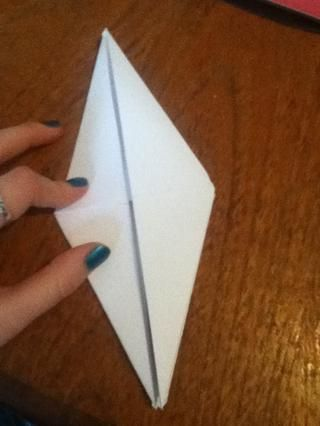 Tome el punto inferior y doblar hacia arriba para hacer una forma de diamante