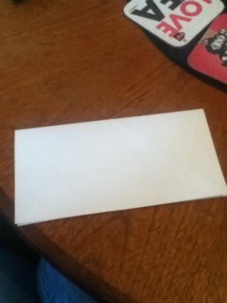 Dobla el cuadrado por la mitad horizontalmente