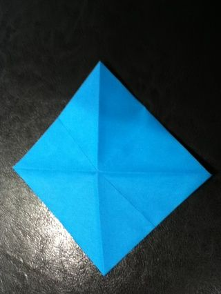 Ahora nosotros're going to make a basic square base. If you know this, skips to step 9. Flip your paper over.