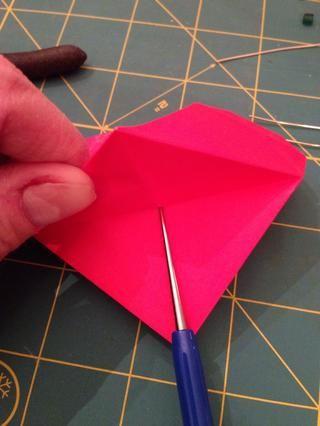 Utilice el punzón abalorios (o un alfiler con una cabeza de bola) para perforar un agujero en el centro.