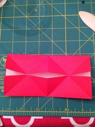 Doblar los bordes cortos hacia el interior, que recubre el día con la intersección de los pliegues diagonales. Desplegar.