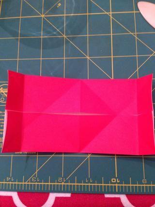 Dobla las esquinas hacia adentro para los pliegues laterales.