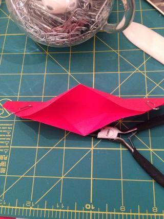 Sujete los bordes donde muestro clips y empuje los bordes hacia el centro por lo que el centro se abre.