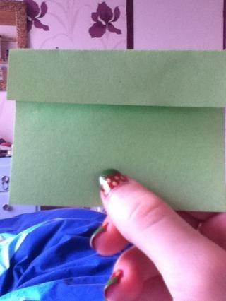 Doble la parte superior del papel hacia abajo hasta el pliegue, y luego hacer lo mismo con la mitad inferior.