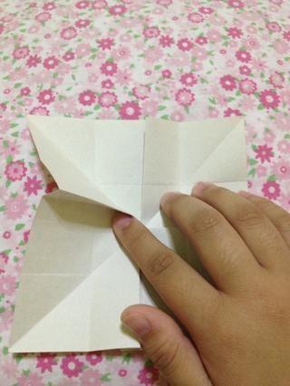 Inserte el dedo índice a la ranura y empuje hacia abajo.