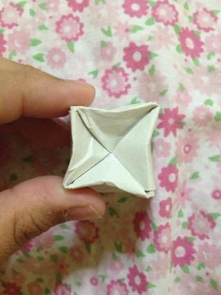 Aplaste esto cuatro lados al centro para bloquearla. O usted puede poner cinta adhesiva transparente sobre el mismo.