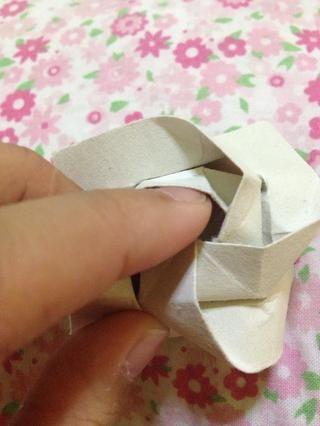 Forma la parte interior de la rosa con el dedo índice o con una pluma.