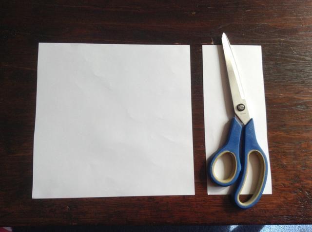 Si tuviera papel A4, se corta para formar un cuadrado.