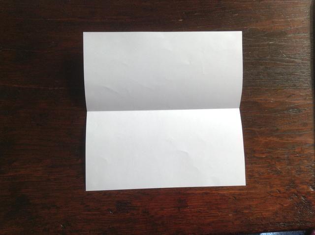 Dobla el papel por la mitad y se desarrollan para hacer un pliegue.