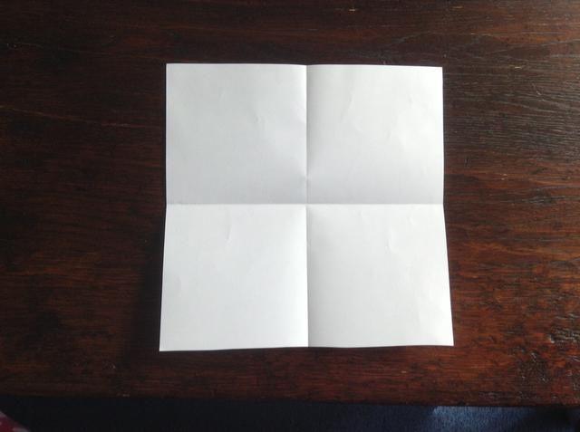 Dobla el papel por la mitad para otro lado y se desarrollan para hacer un pliegue.