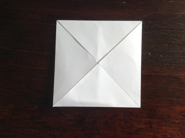 Doblar todas las cuatro esquinas hacia el centro.