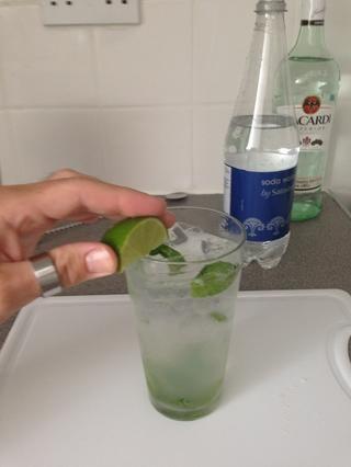 Frote el borde de la copa con el último cuarto de la cal y luego soltarlo en.