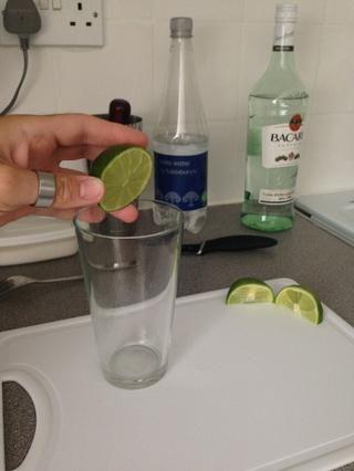 Comience por cortar el limón en 1 medio y 2 trimestres. Apriete 3/4 de la cal en un vaso Collins (vaso alto). Guarde la otra cuarta cal.