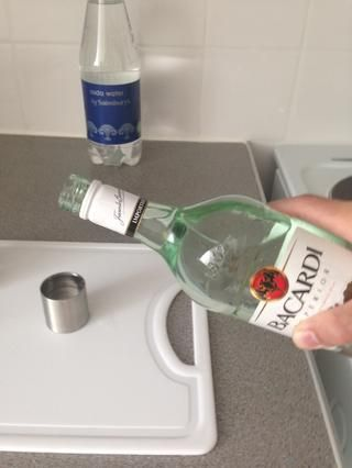 Añadir 50 ml (2 disparos) de ron blanco.