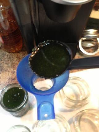 Utilice una cuchara y su embudo frasco y llenarlos hasta dentro de 1/4 de pulgada del borde de la jarra.