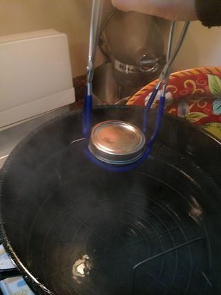 Coloque los frascos de nuevo en el agua caliente una olla grande, poner a hervir, el tiempo durante 10 minutos, luego gire el calor y deje reposar por 5 minutos antes de retirar. Usted necesita el agua para cubrir la parte superior por 1-2 pulgadas.