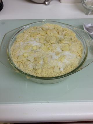 Coloque en la parte superior de manzanas con almendras y azúcar (opcional) adicionales. A continuación, poner en el horno hasta que estén doradas.