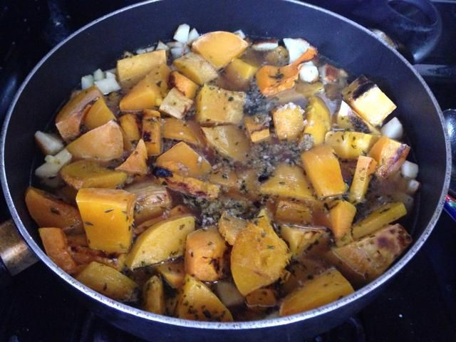 Añadir el caldo de carne y cocine a fuego lento durante 45 minutos.