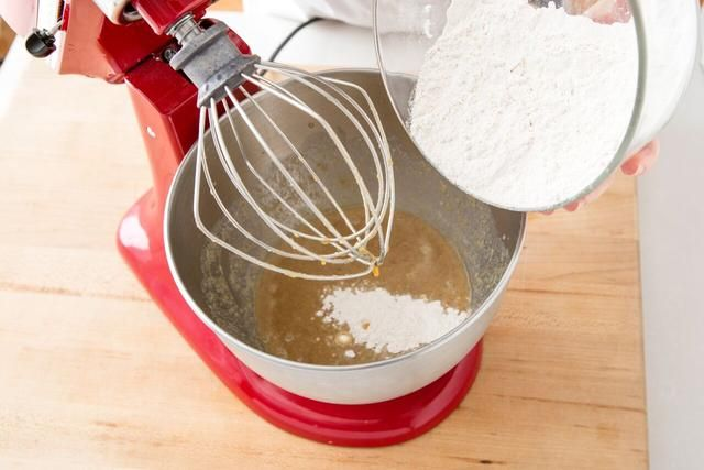 Añadir los ingredientes secos para humedecer los ingredientes y mezcle hasta que esté combinado.