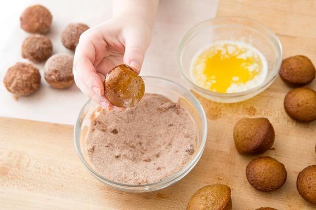 Derretir 3 cucharadas de mantequilla en otro tazón pequeño. Sumerja un lado de su período sin cobertura en la mantequilla derretida.