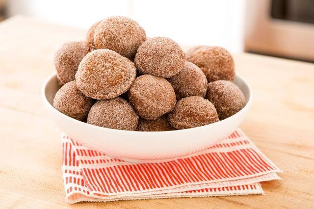 Ta da! Un plato de deliciosos y festivas manzana agujeros de donuts sidra!