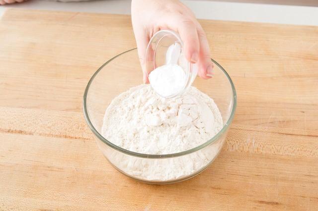 Agregar el bicarbonato de sodio.