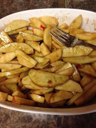 Mezcle las manzanas con la deliciosa mezcla de caramelo que