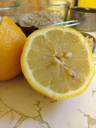 Y mi ingrediente clave - el zumo de 1 limón. Me parece que este ayuda a mantener las manzanas más firme durante la cocción, y de nuevo se suma a la acidez.