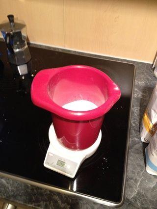 Mezclar 160 g de harina y 140 g de azúcar.