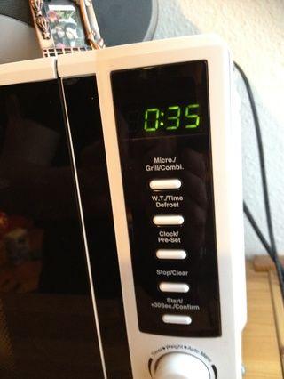 Calentar la leche para apprx. 30-45 segundos hasta que esté caliente (dependiendo de su horno de microondas)
