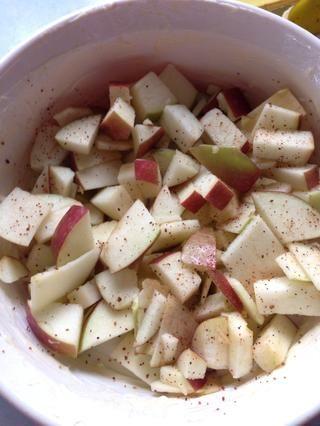 Ponga las manzanas en el plato, un poco de nuez moscada Espolvorear sobre las manzanas. Su objetivo es que las manzanas van a mitad de camino hasta el plato.