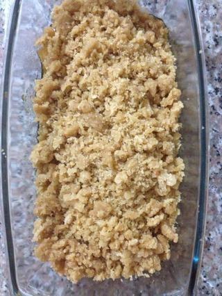 Ponga las manzanas en una pequeña fuente para horno y cubrir con el crumble, sin presionar