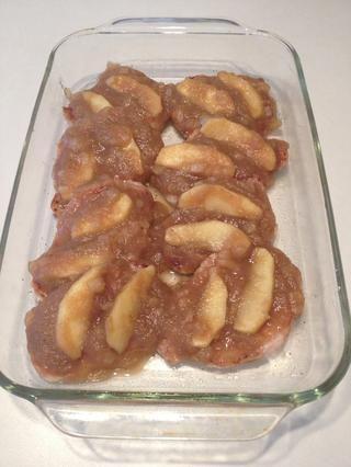 Cubrir cada chuleta de cerdo con la mezcla de manzana y las rodajas de manzana perfectamente en la parte superior.