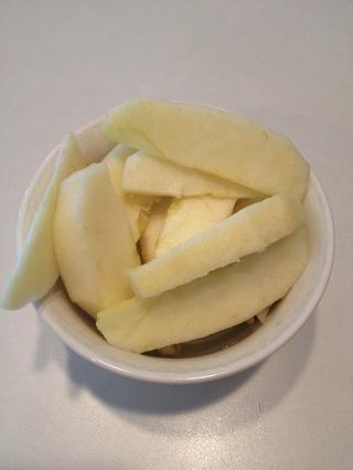Pelar y cortar las manzanas.