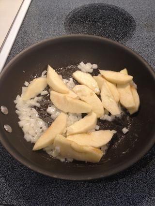 Agregue las cebollas y las manzanas y cocinar a fuego medio unos 5 minutos, hasta que estén blandas.