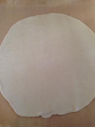 Diseñe su segunda corteza de pastel, espolvorear con harina, y desplegar el mismo tamaño que el primero.