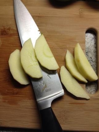 Cortar las manzanas en cuartos y cortar los cuartos en cuartos para que sus piezas se cortan muy finamente. (Para que puedan obtener uniformemente cocidos Si sus rebanadas son gruesas -.! No es gran cosa)