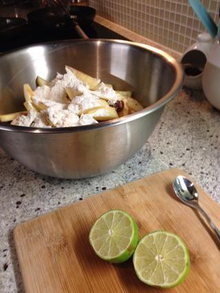 Mezcle las rodajas de manzana con los ingredientes secos en un tazón grande. También mezcle el jugo de un limón bien pequeño (o limón).