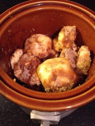 Añade tu azúcar, canela, jugo de manzana marrón y agua. Y mezclar bien. A continuación, cierre la tapa y poner a fuego lento durante 7 horas. (Si la deja hasta 9 horas sus generalmente finos, ollas de barro muy)
