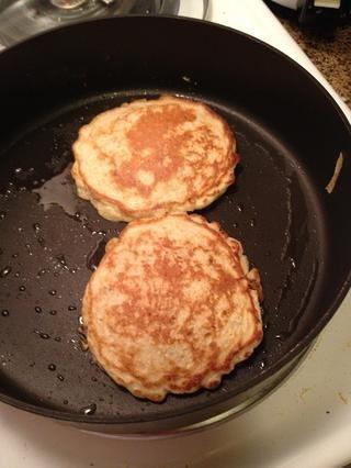 Cocine hasta que se dore. Esto rinde 5 porciones de 2 panqueques cada una.