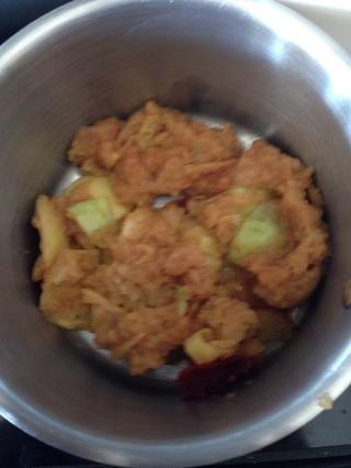 Sacar de la máquina exprimidor, los trozos de manzana, cáscaras y puré resultante y colocar en una olla.