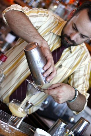 Doble colar en el vaso coupé refrigerada con el enjuague de whisky