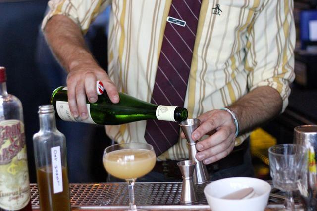 Por si fuera poco con un poco de vino blanco seco para suavizar la bebida's flavor