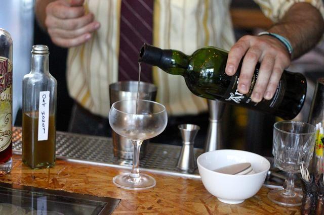 Vierta una pizca de Ardbeg Single Malt Whisky en un coupé refrigerada